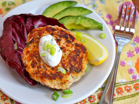 Salmon-burgers-with-green-yogurt-sauce