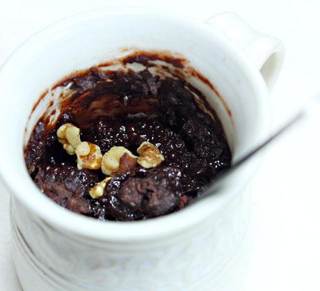 Chocolate-cake-in-a-mug-cinnamon-walnut