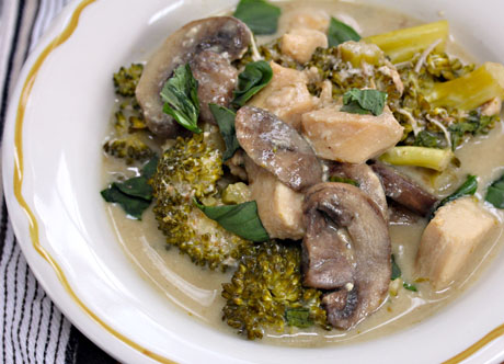 Thai-green-curry-chicken-with-broccoli-and-mushrooms-detail