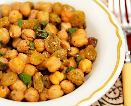 Chickpeas-with-raisins-parsley-and-mint-closeup