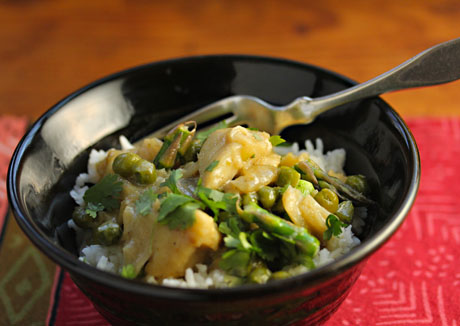 Green curry fish with asparagus and peas, quick and easy.