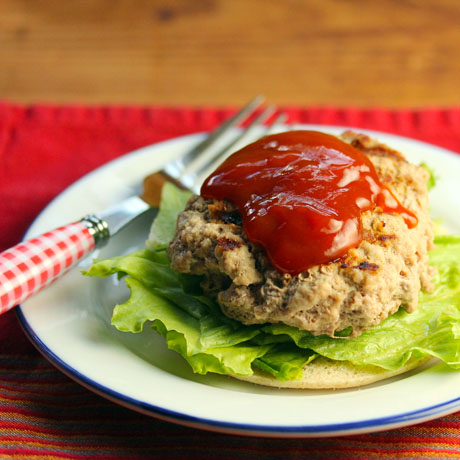 Turkey burgers with chipotle ketchup, perfect for summer grilling.