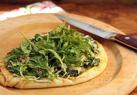 Garlic naan pizza with arugula pesto recipe (quicker than takeout!). #vegetarian #pizza