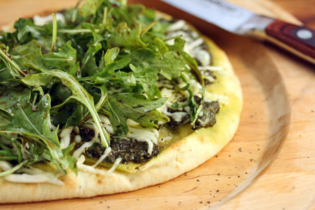 Garlic naan pizza with arugula pesto: who needs takeout? #pizza #vegetarian #recipe
