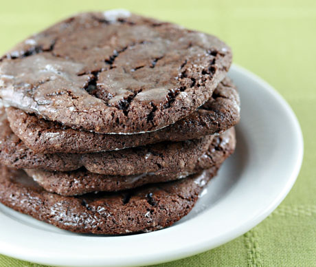 Chocolate spice cookies, filled with warm spices and red wine! #cookies