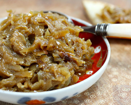 Use your slow cooker to make caramelized onions! #slowcooker #crockpot
