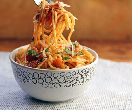 Slow cooker chunky marinara sauce recipe, with any kind of pasta. #pasta #vegetarian