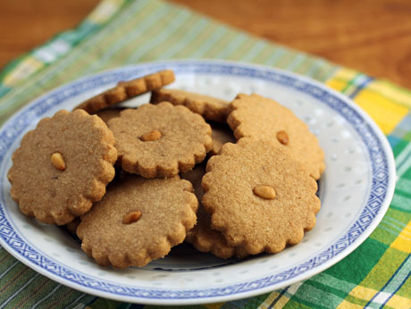 A buttery cookie made with pine nuts, cinnamon, and not too much sugar. #cookies