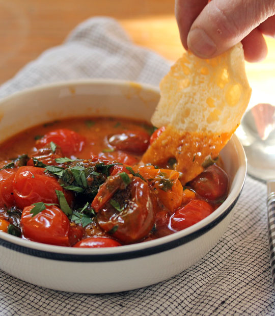 Burst tomatoes with fresh herbs: so easy and so versatile!