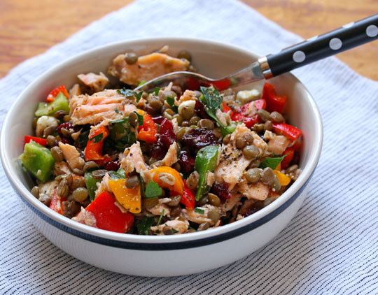 Colorful salad of lentils, bell peppers and salmon: perfect for a picnic! #glutenfree