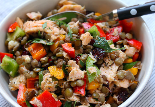 What's better for a picnic than this colorful salad of lentils, bell peppers and salmon? #glutenfree