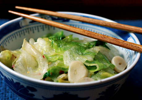 Stir-fried garlic lettuce uses that crispy iceberg lettuce you love to buy!